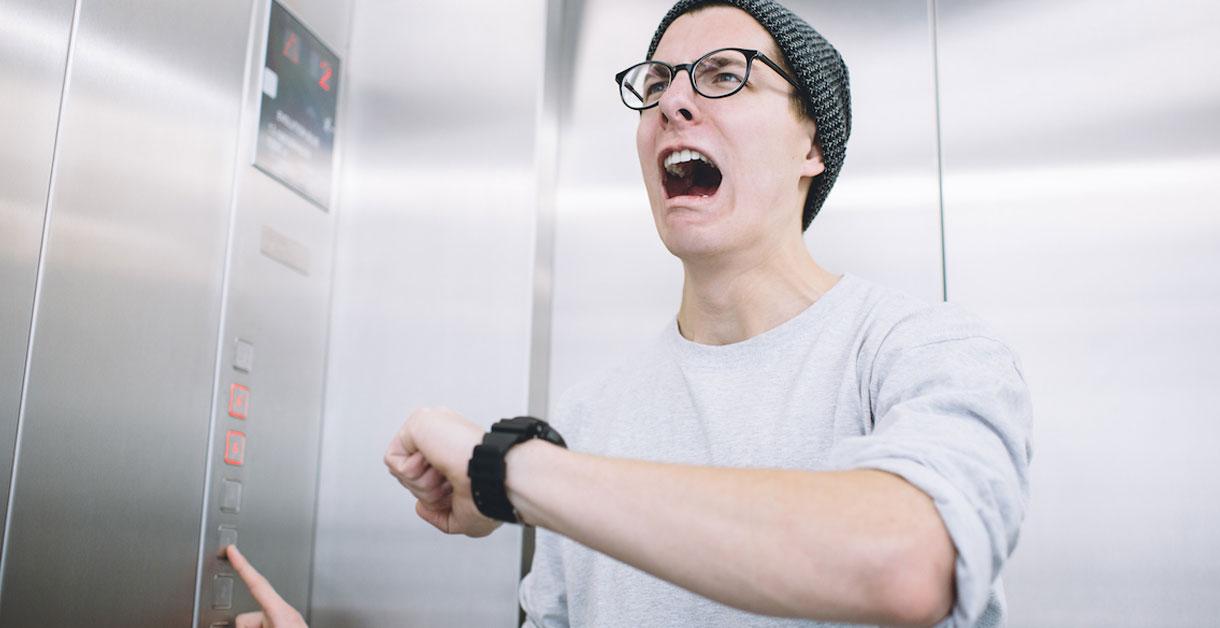 13-årig skoleelev sidder fast i elevator og udnytter tiden til lektierne