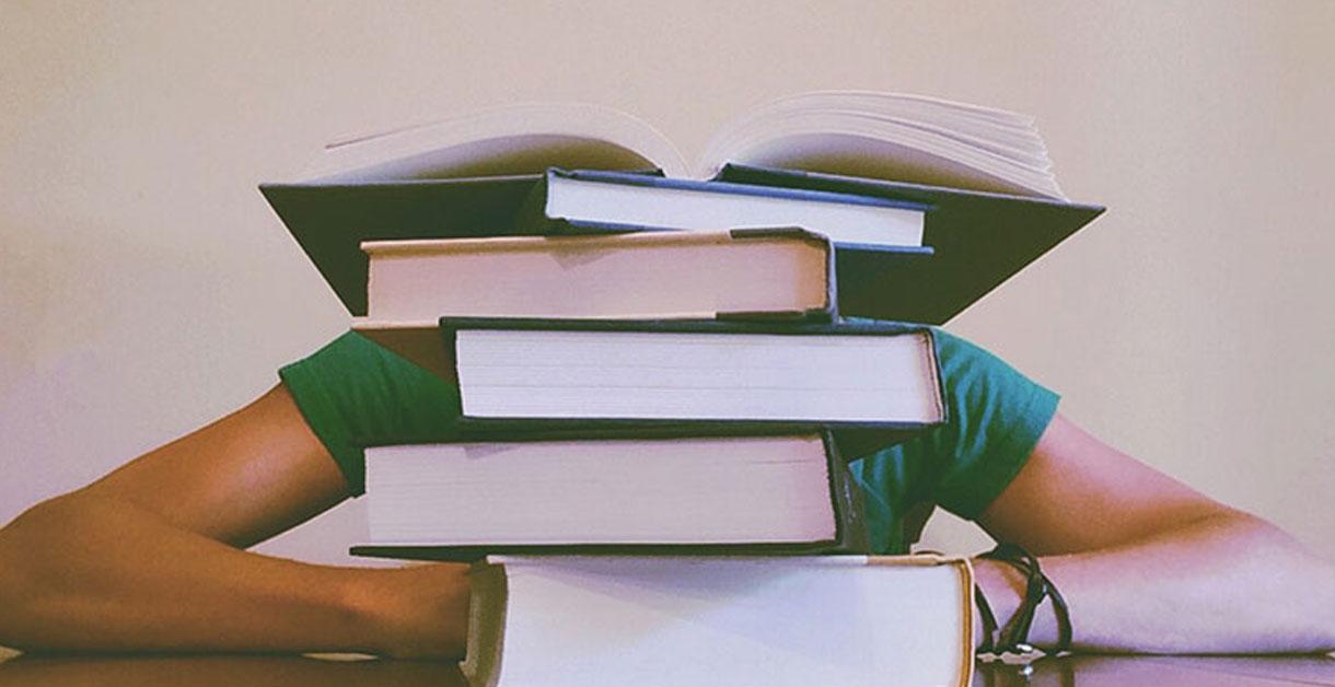 Hjælp dit barn gennem læseferien med disse 3 tips!